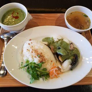 海鮮のココナッツグリーンかリーライスとスープのセット(カサブランカシルク 丸の内店 (CASABLANCA SILK))