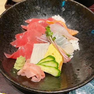 近大マグロと選抜鮮魚の海鮮丼(近畿大学水産研究所 )