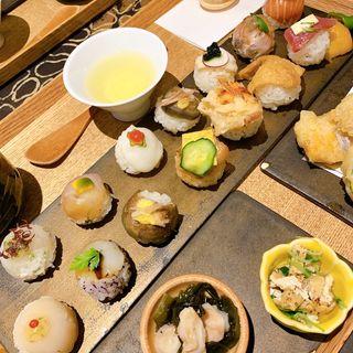 月替りセット(手鞠寿司14貫、天婦羅3種、おばんざい3種、茶碗蒸し、最中、日本茶)