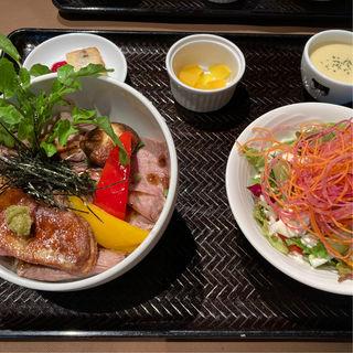 USリブロースのローストビーフとフォアグラ丼 トリュフソース(37 Roast Beef)