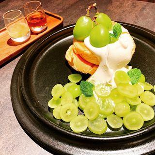 パンケーキ 茨城県シャインマスカット、ホイップクリーム(COOK BARN TOKYO)