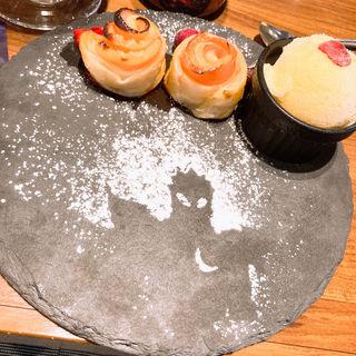 ローズアップルパイ バニラアイス添え〜月影の魔人〜(怪獣酒場 新橋蒸溜所)