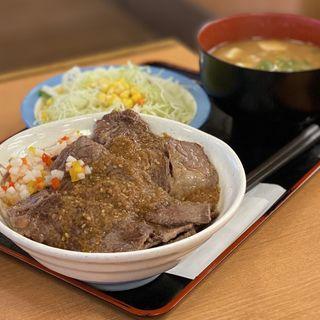 牛ステーキ丼 デカ盛り サラダセット