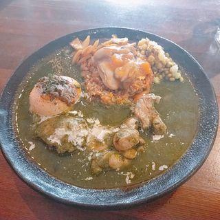 牡蠣の柿ドレッシング和えスパイス炒飯とチキンとほうれん草のザクカレー(半熟卵付き)(あきらカレー)