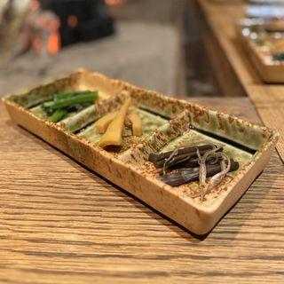 前菜三種盛り合わせ(ほうれん草お浸し、蕨醤油漬け、寝曲がり竹土佐煮)