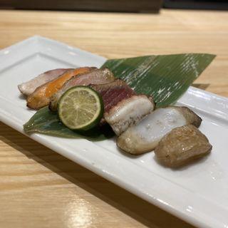 藁焼き7種盛り(鯛、サーモン、かんぱち、鮪、タコ、イカ、帆立)(魚柳)