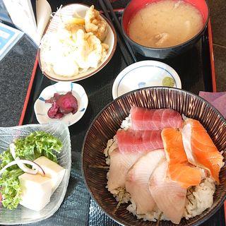 おまかせ丼と鶏の唐揚げ定食