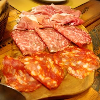イタリア産切りたて生ハムサラミの盛り合わせ(パーレンテッシ (Parentesi))