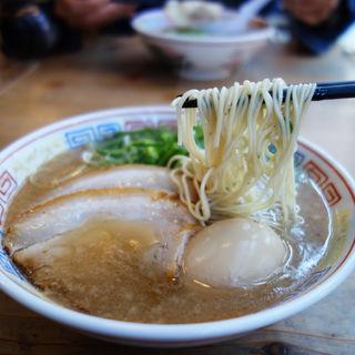 半熟煮玉子入りのラーメン(博多だるま 総本店)