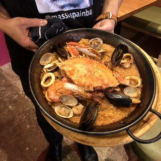 渡り蟹と魚介のトマトパエリア(スペインバル massa 京橋店)