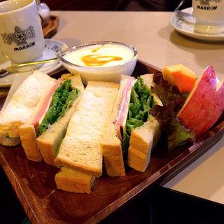 チーズとハムサンドとヨーグルト
