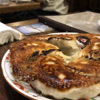 ジャンボ餃子withにんにく醤油と自家製ラー油(ウォータリングホール (Watering Hole))