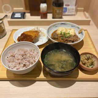 肉豆腐とメンチカツの定食(もち麦ごはん)