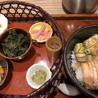 岩磯海苔と鯛出汁茶漬け 炙りサーモンとアボカド(cafe solare Tsumugi カフェソラーレ ツムギ 二俣川店)