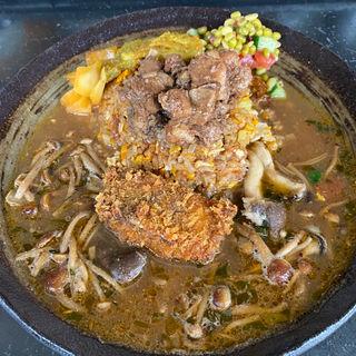 スパイス炒飯と天然鰤マサラフライと霜降りひらたけとかきの木茸のカレー(あきらカレー)
