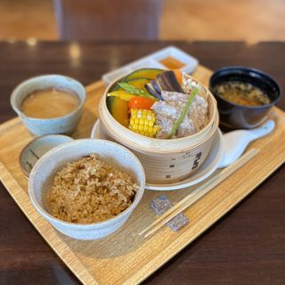 肉と野菜を楽しむせいろ(玄米、スープ)