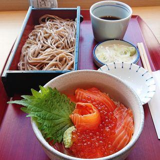 サーモンいくら丼と蕎麦のセット(そばじ アトレ川崎店)