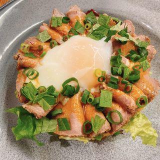 半熟卵をのせたローストビーフごはん(KIHACHI FOOD HALL(キハチフードホール) アトレ川崎)