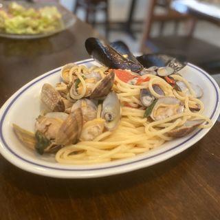 名物!色々貝類のナポリ風スパゲッティ(魚介のアズーロ風)(オステリアバル ロッツォアズーロ (osteria bar rozzo azzurro))