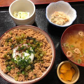 三色鶏そぼろ丼(週替わり定食)(八丁堀 朋)