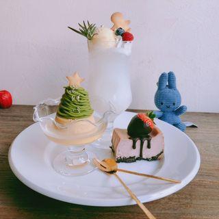 クリスマス クリームソーダ、モンブランプリン(期間限定クリスマスツリー)、苺とチョコのチーズケーキ(リトル ビレッジ カフェ  Little Village Cafe)