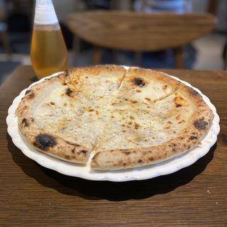 いろいろチーズたっぷりのピッツァ
