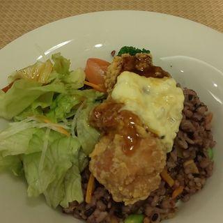 鶏の唐揚げと十六穀米のサラダごはん 南蛮ソース