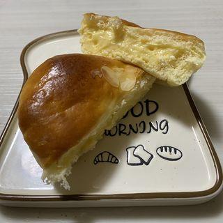 ずっしりベイクドチーズ カスタードクリームパン(手作りパン工房 ウ―の森 )