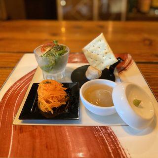 4種前菜(人参のマリネ、ごま豆腐、生ハムチーズのムース、タコのジェノベーゼ和え)