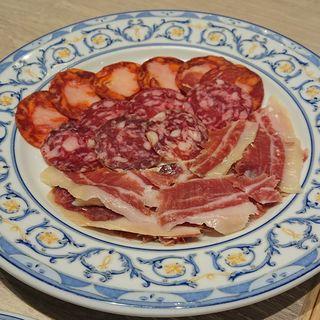 イベリコ豚の生ハム、サラミ、チョリソーの盛り合わせ(スペイン料理 ミゲル フアニ マリン&ウォーク ヨコハマ店)