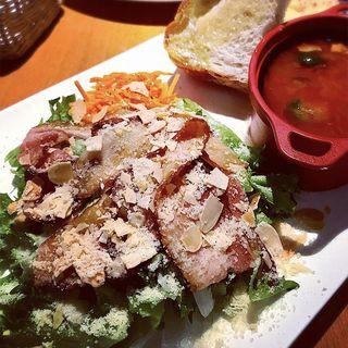 スモーキーベーコンのサラダとミネストローネランチ