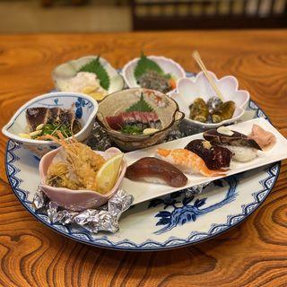 おもいで皿鉢(カツオのタタキ、カツオの刺身、さえずり、どろめ、チャンバラ貝、まいご、川海老の唐揚げ、ウツボの唐揚げ、握り寿司(まぐろ、エビ、くじら、カツオのタタキ))(とさ市場 (とさいちば))