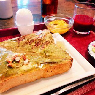 完熟特選アボカド、半熟ゆで卵、亜麻ブラウンブレッド、 搾りたてフレッシュジュース、ハンドドリップコーヒー(チリパーラー ナイン (Chili Parlor 9))