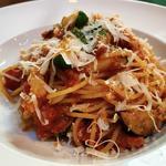 パンチェッタと野菜のピリ辛トマトソースパスタ