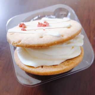 クッキーサンド苺のレアチーズ(セブンイレブン 横浜北寺尾7丁目店)
