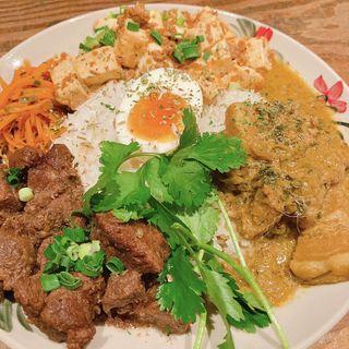 3種盛り(麻婆豆腐・魯肉飯・ポークカレー。ちょいパクチートッピング)(アジア食堂 ウータン)
