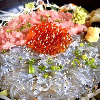 三色丼(しらす問屋 とびっちょ 江の島本店)