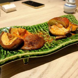 肉厚椎茸のトリュフバター焼き(ふぐぶた酒場)