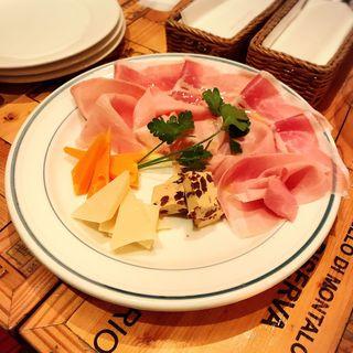 生ハムとサラミ、チーズの盛り合わせ(ファンタジスタ223 (fantasista223))