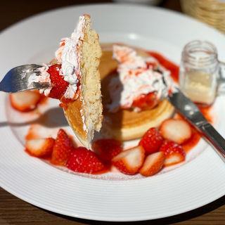 苺たっぷり季節のフルーツパンケーキ
