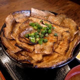 しょうゆダレ豚丼(丼大盛)(三〇食堂)