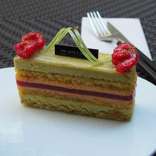 ピスタチオとベリーのケーキ