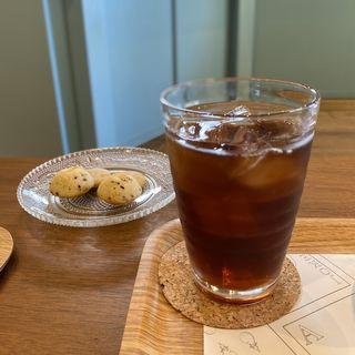 アイスコーヒー、コーヒーのクッキー、ゴボウとチョコレートのマフィン(エルヴェラヴィ )