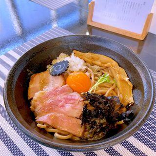 煮干し焦がしバターまぜそば(niboshi noodle 烏)