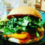 ハンバーガー(ブラウンバンズ+チキンバーガー+トマト+ほうれんそう+パクチー+チェダーチーズ+ヤンニョムソース)