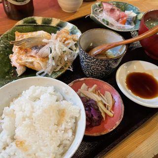 本日の焼き魚と刺身(魚食堂 きてれつ)