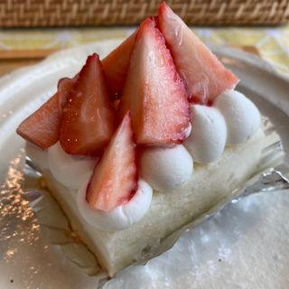 いちごの白いケーキ