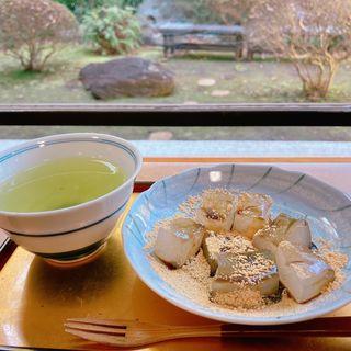 くずわらびとお煎茶(大宮八幡宮 清涼殿ティーラウンジ)