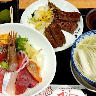 海鮮丼と牛タン焼き定食(牛タン炭焼 利休 )