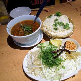 カノムチーン・ナムギョウ(タイの北部のカレーそうめん) (タイ田舎料理 クンヤー )